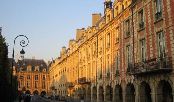 La plaza de los Vosgos es una de las más antiguas y señoriales de París
