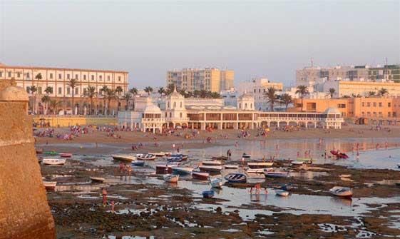 Puesta de sol en la playa de La Caleta de Cádiz. Foto de Mayka Gómez