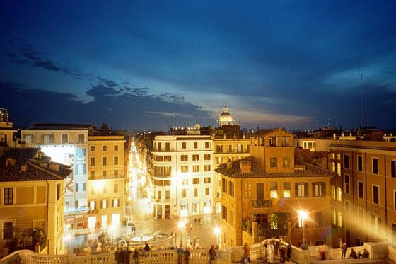 La piazza di Spagna es uno de los lugares preferidos por los romanos para refrescarse durante el ferragosto