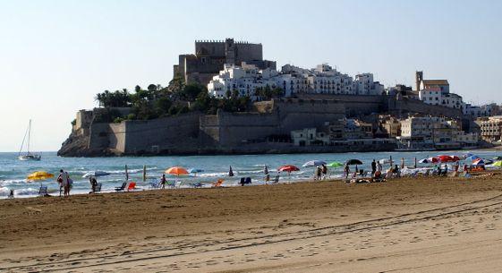 La Playa Norte de Peñíscola, con la imponete vista del casco histórico de la localidad como marco.