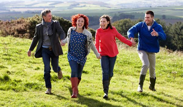 Familia corriendo por el campo