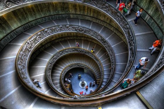 Escalera de caracol en el interior de la Basílica San Pedro en el Vaticano