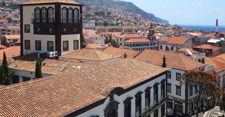 Vista parcial de Funchal con su Ayuntamiento en primer término. David Stanley (Flickr)