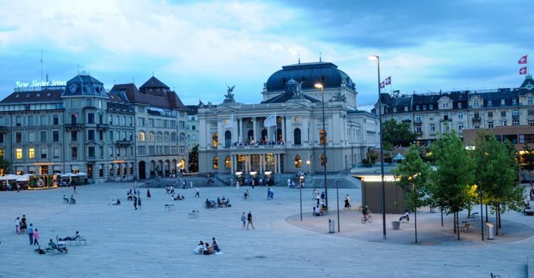 Plaza junto al Teatro de la Ópera (iStock)