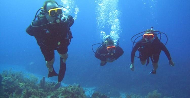 Turistas buceando en aguas de Jamaica. Mike Beltzner (Flickr)