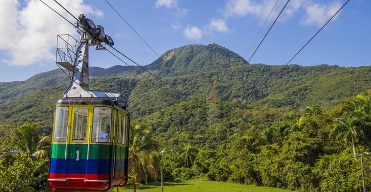 Teleférico con el monte Isabel de Torres al fondo en Puerto Plata (Godominicanrepublic.com)