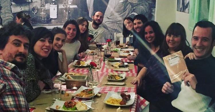 Grupo de amigos comiendo en La Gloria. (Facebook de La Gloria).