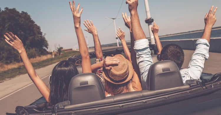 Viaje en coche descapotable (Istock)