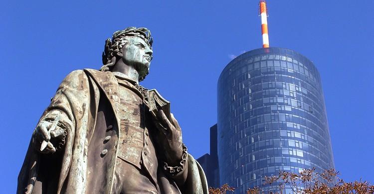 Al fondo, la Maintower con la estatua del escritor Friedrich Schiller en primer término (iStock)