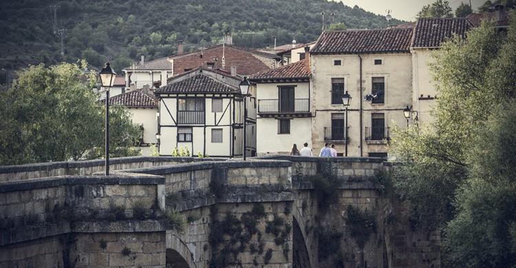 En primer término, puente sobre el río Arlanza. Alvaro Miguel (Flickr)