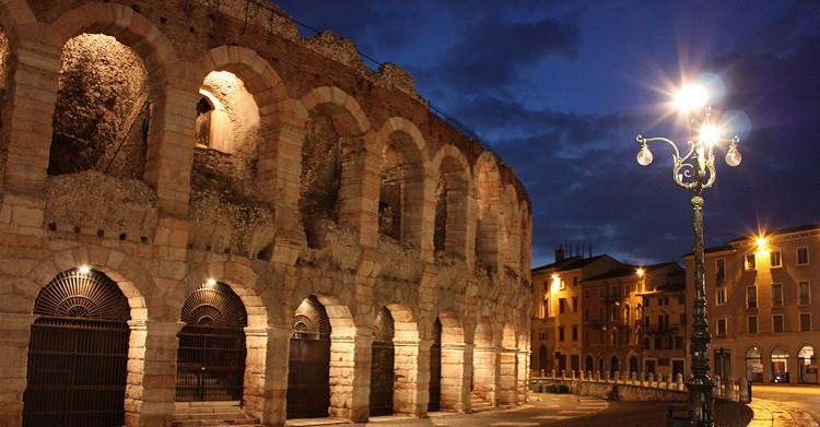 Vista nocturna del anfiteatro romano de Verona - Patriziaphoto (Flickr)