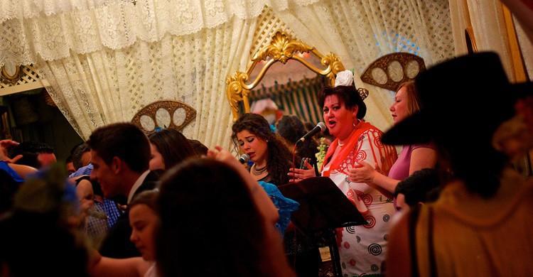 Cantando en una caseta de la Feria. Edmund Gall (Flickr)