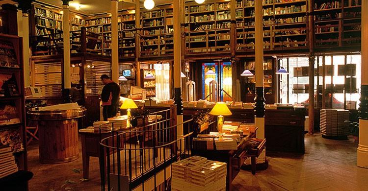 Librería Desnivel (Fuente: letrasvillage.es)