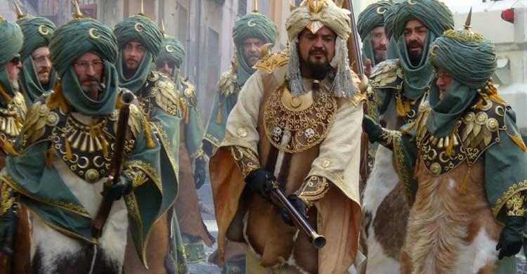 La fiesta de Moros y Cristianos se celebra en muchos pueblos de España (Wikimedia.org)