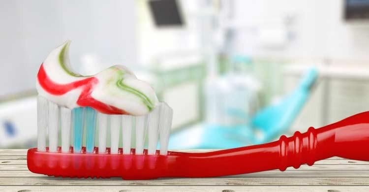 El cepillo y la pasta de dientes, básicos en todo neceser de viaje (iStock)