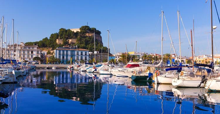 Puerto de Denia y al fondo, el castillo. LUNAMARINA (iStock)