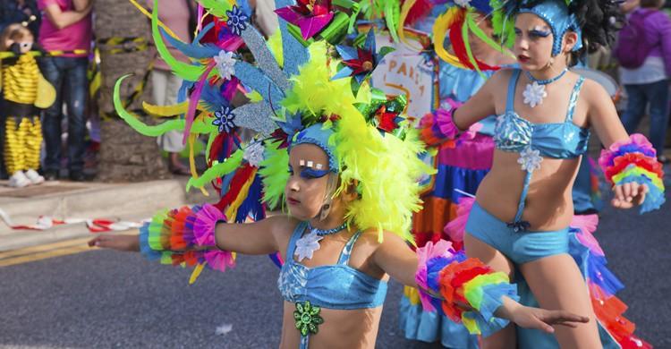 Jóvenes en el desfile de Carnaval de Tenerife. tamara_kulikova (iStock)