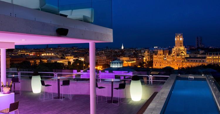 Bar y piscina de noche. NH Madrid Sueca (www.nh-hoteles.es)