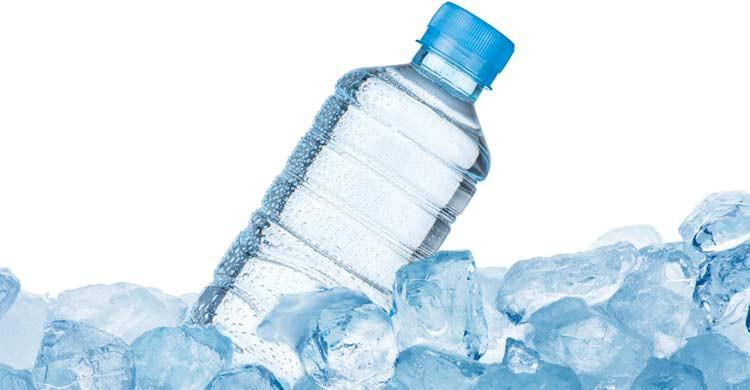 No te olvides de beber agua con frecuencia (iStock)