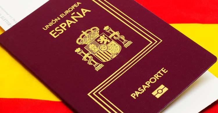 Comprueba que tu pasaporte tiene una validez mínima de seis meses (iStock)