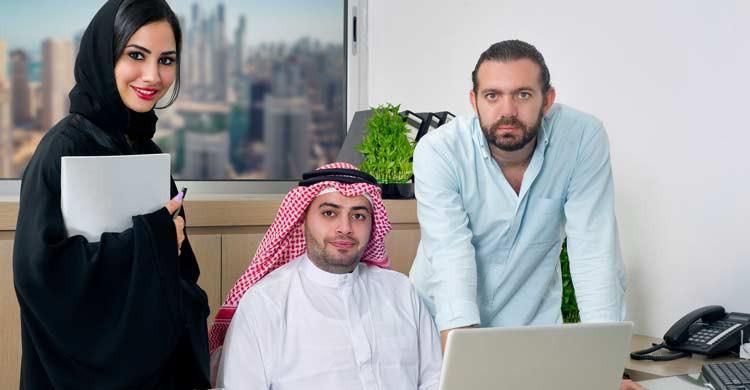 Las mujeres árabes están obligadas a llevar la abaya (iStock)