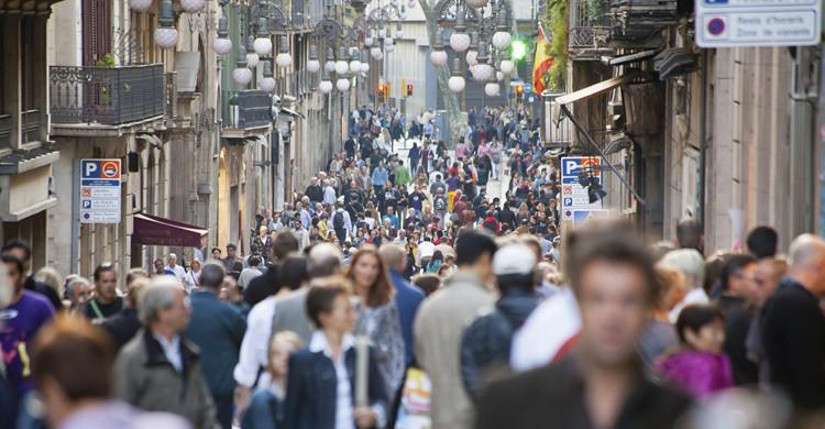 Gente en Barcelona. Carlos Oliveras (iStock)