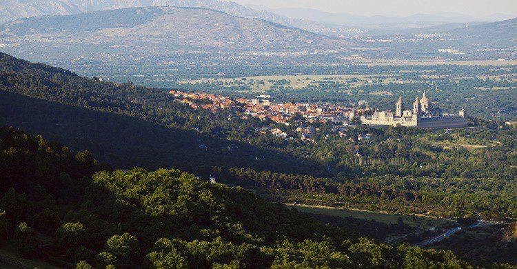 Sierra de Guadarrama y de fondo, El Escorial. SOMATUSCANI (iStock)