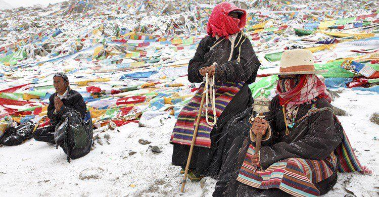 Peregrinos budistas rezando de camino al Kailash. Zanskar (iStock)