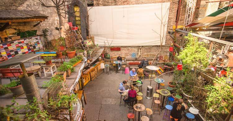 Szimpla Kert, en la calle Kazinczy, uno de los ruin bar de Budapest (iStock)