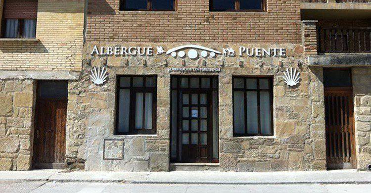 Fachada del albergue (https://www.facebook.com/alberguepuente/)