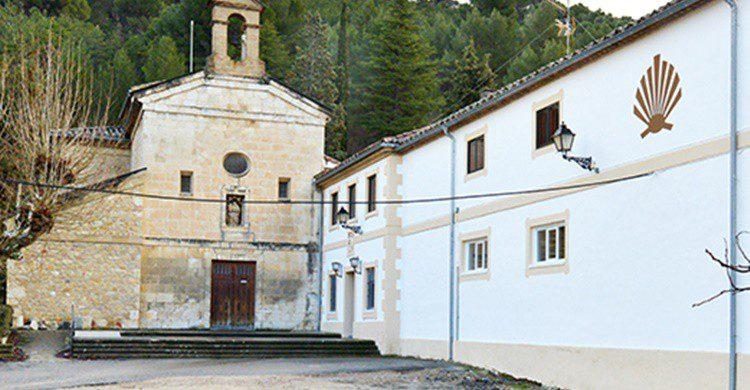 Albergue de Rocamador junto a la iglesia (Pinterest).