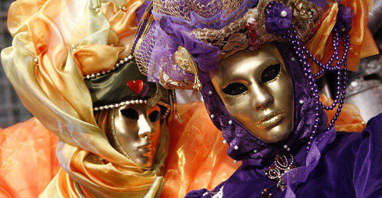 Venecianos disfrazados en una fiesta de carnaval. Mandymin (iStock)