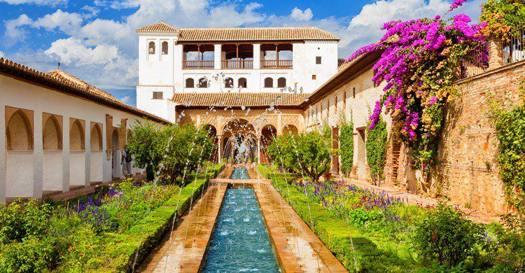 Vista del Generalife y sus jardines. JoseIgnacioSoto (iStock)