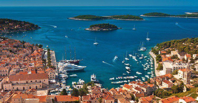 Puerto en la ciudad de Hvar y de fondo sus pequeñas y paradisíacas islas. Morozena (iStock)