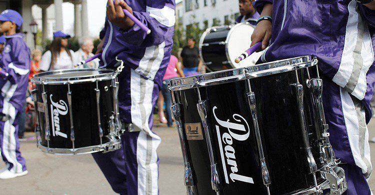Banda musical durante la celebración del Mardi Gras de Nueva Orleans