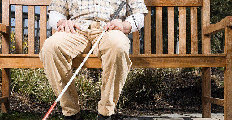 imagen de persona ciega sentada en un banco
