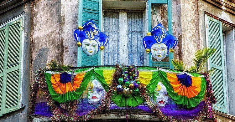 Balcón decorado con máscaras para el Mardi Gras de Nueva Orleans