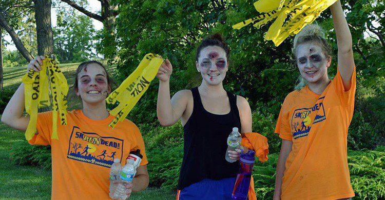 participantes en una carrera zombi