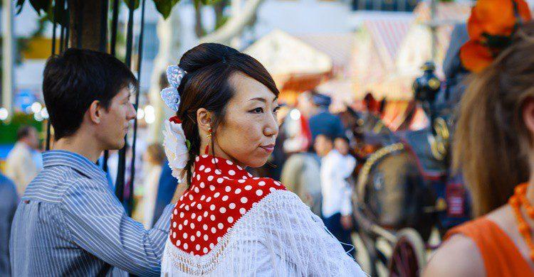 Japonesa en la Feria de Abril vestida de flamenca. Shootdiem (iStock)