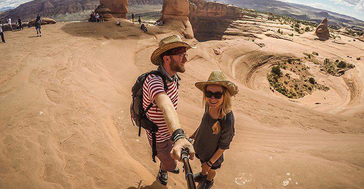 Autorretrato de Charlie y Alex hecho con un palo de selfie