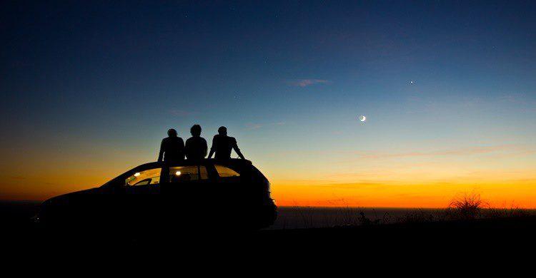 La noche se les echa encima a un grupo de amigos que están de road trip. Antolikjan (iStock)