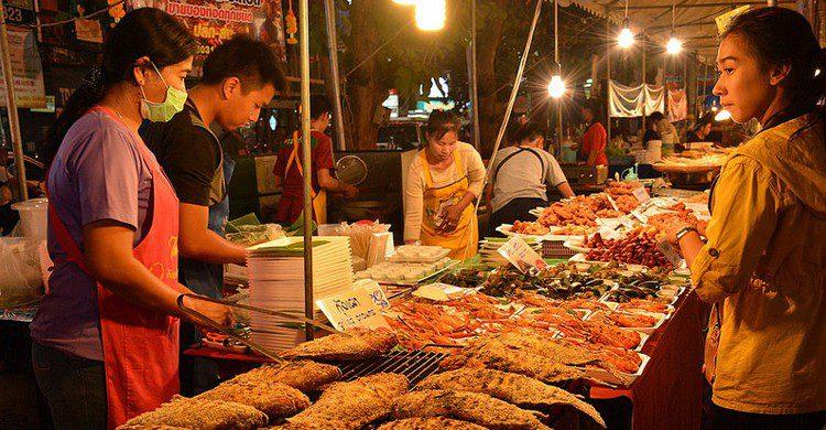 Mercado nocturno en Chiang Mai (paularps, Foter)