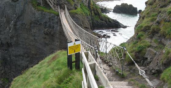 560px_Carrick-a-Rede,_touwbrug_vanaf_het_eiland