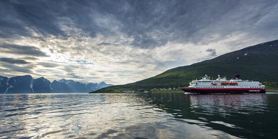 560px_Hurtigruten_I_ Lyngen_Foto_Orjan_Bertelsen_34