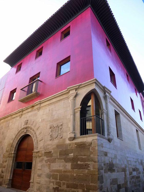 El Centro Cultural del Rioja se levanta  sobre los restos del palacio de los Yangüas del siglo XVI.
