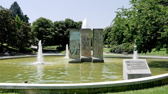 Entrada del Parque de Berlín de Madrid, con su homenaje al Muro de Berlín.