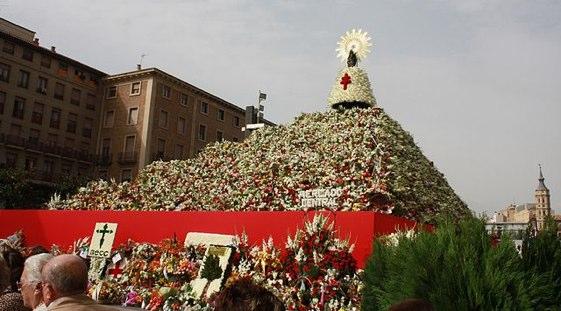 Más de 300.000 personas contemplan en directo la Ofrenda Floral a la Virgen del Pilar, el acto más importante de las fiestas.