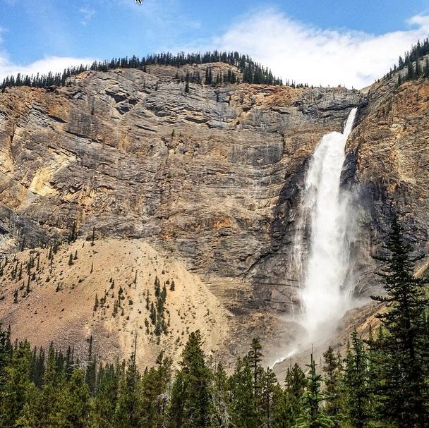 Las cataratas Takakkaw en el parque nacional de Yoho, en la Columbia Británica canadiense. Foto de @everythingwhere.