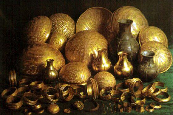 El Tesoro de Villena es uno de los hallazgos áureos más sensacionales de la Edad de Bronce europea. Está conformado por 59 objetos de oro, plata, hierro y ámbar que totalizan un peso de casi 10 kilos.
