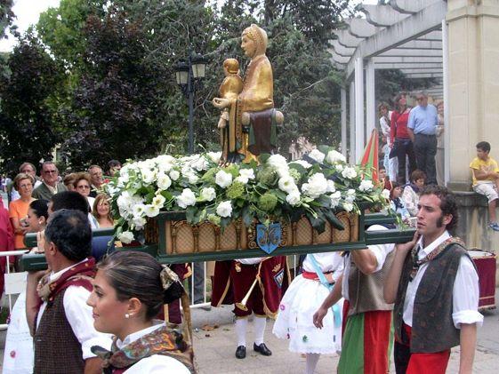 La ofrenda a la Virgen de la Valvanera es el momento más emotivo de las fiestas de San Mateo.